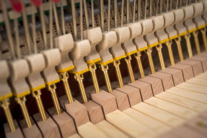 122 Detail 9 action 2 web 700x467 - خرید پیانو فویریخ مدل 122 Feurich